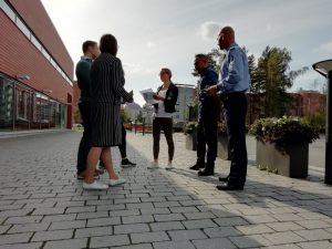 Peruskurssilaisia Poliisiammattikorkeakoulun rakennuksen edustalla.