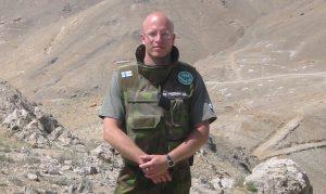 Sotilas ISAF-tunnuksin varustetussa liivissä.