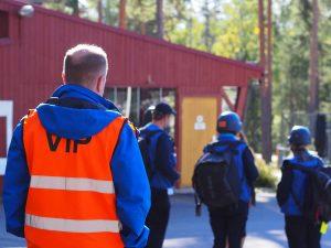 Ryhmä kurssilaisia univormussaan ulkona.