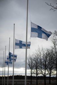 Suomen lippuja puolitangossa