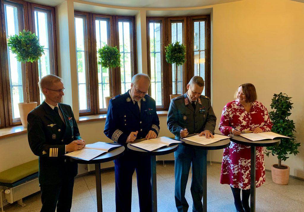 Kokonaisvaltaisen kriisinhallinnan osaamiskeskuksen jäsenet allekirjoittivat perustamisasiakirjan Kansallismuseossa